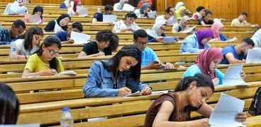 طالبات أثناء أداء اختبارات القدرات للالتحاق بالجامعات التكنولوجية