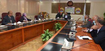 سكرتير عام محافظة مطروح خلال اجتماعه مع بعض قيادات القطاعات الخدمية