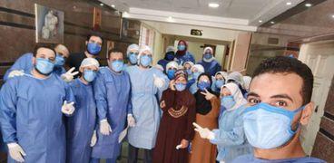 """عدد من المتعافين من """"كورونا"""" خلال خروجهم من مستشفى العزل بالدقهلية"""