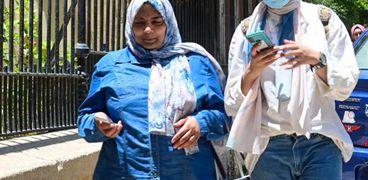الطالبات يرتدن الكمامات الطبية أثناء أداء امتحانات الثانوية العامة