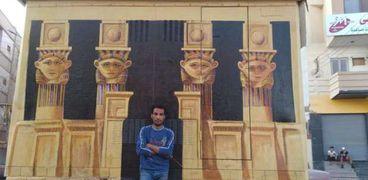 شاب يحول واجهة «كشك كهرباء» في قنا إلى مجسم لـ«معبد دندرة»