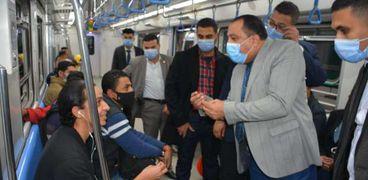 «المترو» يشن حملة لضبط المخالفين لارتداء الكمامة داخل القطارات