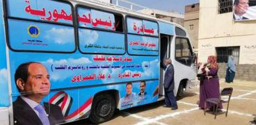 سيارة متنقلة تقدم الخدمات الطبية لأهالى القرية