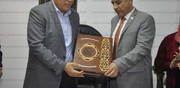 رئيس جامعة القناة يكرم الأمين العام للجامعة .