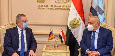 السفير الروسي خلال لقائه الفريق عبدالمنعم التراس اليوم