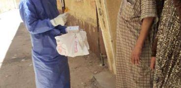 فرق الطب الوقائى بمطروح خلال توزيع الأدوية على مخالطى مصابى كورونا