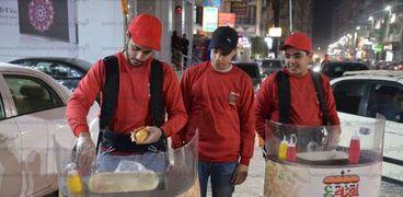 «عمر» وأصدقاؤه يبيعون «سجق وبرجر» فى الشارع