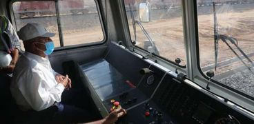 وزير النقل يستقل جرار قطار LRT ويتابع تنفيذ مونوريل العاصمة الإدارية