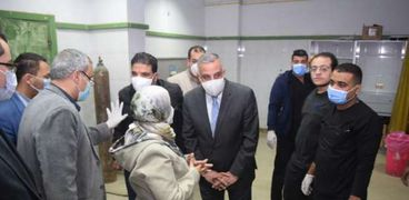 محافظ سوهاج يتفقد مصابى حادث دار السلام بمستشفى سوهاج الجامعى
