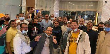 مجموعة من العالقين في الامارات اثناء سفرهم الي الكويت