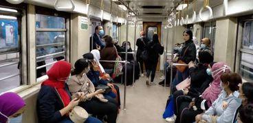 شرطة النقل والمواصلات والأمن الإدارى يستقلون قطارات المترو للمرور على إلتزام الركاب بارتداء الكمامات