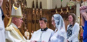 بالصور| امرأة تدعي زواجها من المسيح.. والمئات يحضرون حفل الزفاف