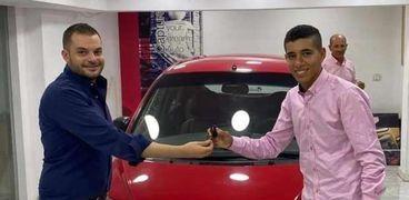 إبراهيم أثناء إستلامه لسيارة أهدتها له إحدى الشركات