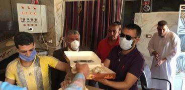 وكيل وزارة تموين مطروح خلال توزيعة الكعك على العاملين فى المواقع التموينية