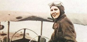لطيفة النادي.. أول سيدة مصرية تقود طائرة.. صورة أرشيفية