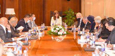 """وزيرة الهجرة تناقش مع 20 مسؤولا محاور مؤتمر """"مصر تستطيع بالصناعة"""""""