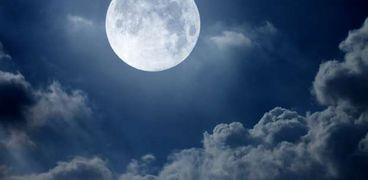 """القمر يقترب الليلة من كوكب """"نبتون"""" وظهور النجم البراق في السماء"""