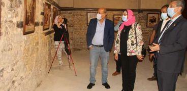 الدكتورة نيفين موسى رئيس دار الكتب والوثائق والدكتور فتحي عبدالوهاب خلال افتتاح معرض مساجد القاهرة الحديوية