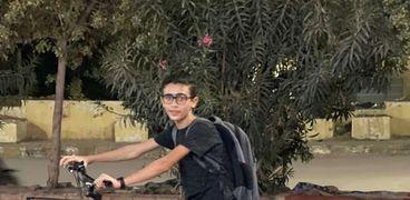 «أحمد» يبيع الكتب على دراجته