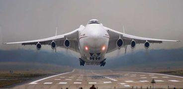 غرائب وطرائف.. طائرة تهبط اضطراريا بسبب مسافر لا يتوقف عن إطلاق الريح