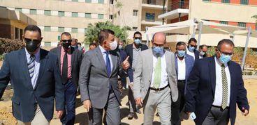 الدكتور المتينى رئيس جامعة عين شمس خلال جولته
