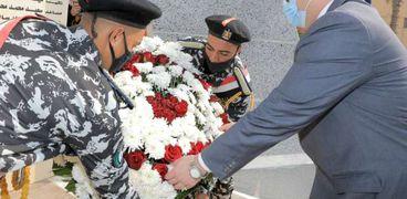 محافظ بني سويف ومدير الأمن يضعان «إكليل الزهور» على «نصب الشهداء»