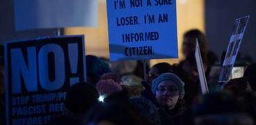 بالصور| الآلاف من سكان نيويورك على رأسهم روبرت دي نيرو يتظاهرون ضد ترامب
