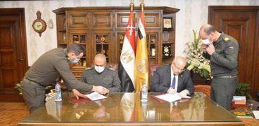 رئيس جامعة القاهرة ورئيس الهيئة الهندسية خلال توقيع البروتوكول