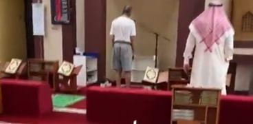 مؤذن الشورت في الكويت يقر بالخطأ