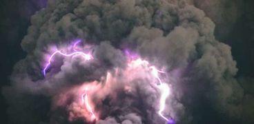 التقاء صاعقة مع سحابة بركانية