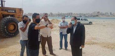جانب من متابعة رئيس مدينة مرسى مطروح أعمال رفع كفاءة الكورنيش  والشواطىء