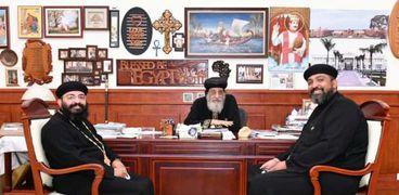 البابا مع كهنة الكنيسة في نيويورك