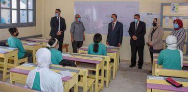 محافظ الإسكندرية مع طلاب في أول يوم دراسي