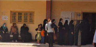 سيدات أمام إحدى اللجان الانتخابية