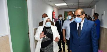 رئيس الجامعة تفتتح مستشفى العزل