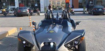 سيارة مكشوفة تشبه مركبة باتمان