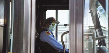 رفض سائق حافلة صعود بعض الركاب نظرا لعدم ارتدائهم الكمامات