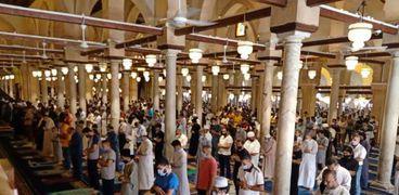 فيديو.. المصلون يتجمعون على أبواب المساجد: فرحة متتوصفش
