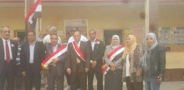 وكيل مديرية التربية والتعليم يحمل علم مصر ويحث المواطنين على المشاركة في الانتخابات