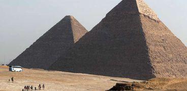باحثة مصرية تعثر على قطعة من هرم خوفو داخل علبة سجائر
