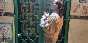 «عم أحمد» 30 سنة يقدم الورود لـ«السيدة نفيسة»