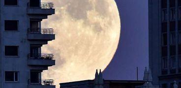 القمر العملاق في سماء بريطانيا