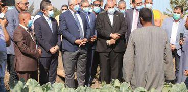 وزير الزراعة ومحافظ الغربية يتفقدان أحد الحقول
