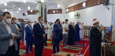 محافظ كفر الشيخ ونائبه يؤديان صلاة عيد الفطر المبارك بمسجد الاستاد الرياضى