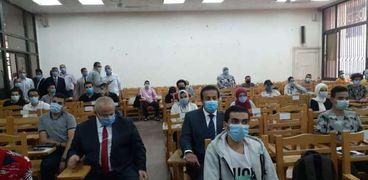 وزير التعليم العالي يشارك طلاب جامعة القاهرة أول يوم دراسي بنظام التعليم الهجين