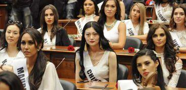 70 من ملكات جمال العالم بالرداء الأبيض للترويج للسياحة في الإسكندرية.