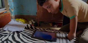محمد الأحول أثناء مذاكرة دروسه على جهاز التابلت
