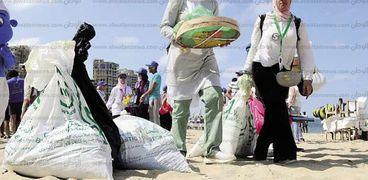المشاركون فى تنظيف شاطئ المندرة