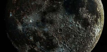 اكتشف العلماء مادة غريبة خضراء على سطح القمر