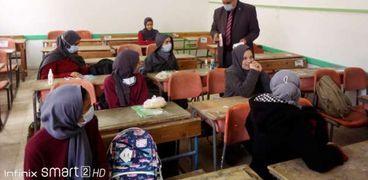 طلاب يلتزمون بالاجراءات الوقائية داخل أحد الفصول